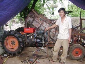 Ông Đoàn Quang Phong bên chiếc máy thu hoạch cây mía.