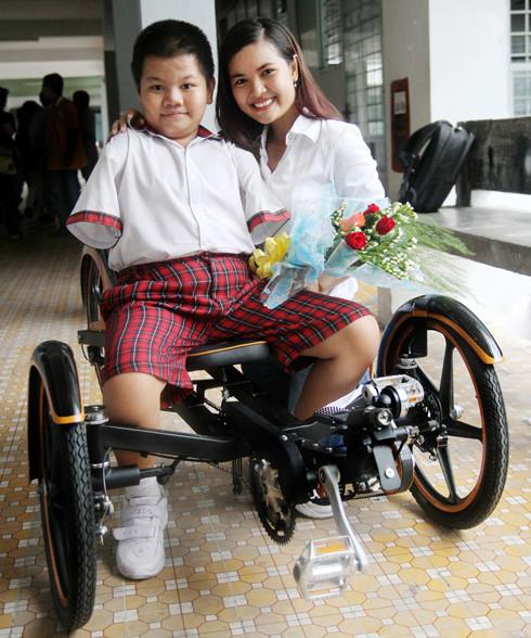 Thu Hiền bên sản phẩm của mình - ảnh: khoahoc.com.vn