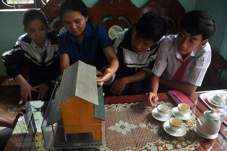 Cô Vân cùng các học trò đang chỉnh sửa mô hình cho ngày càng hoàn thiện hơn để mang dự thi các cuộc thi lớn.