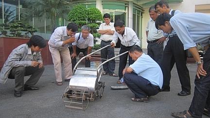 Anh Thành giới thiệu về chiếc máy sạ rau tự chế