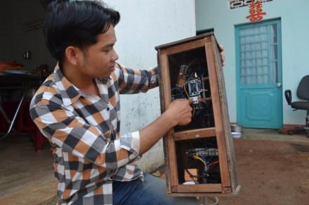 Từ sự vất vả trong lao động, Toản chế tạo ra bộ đóng-mở nguồn điện bằng điện thoại rất hữu ích. Ảnh. Hữu Phúc