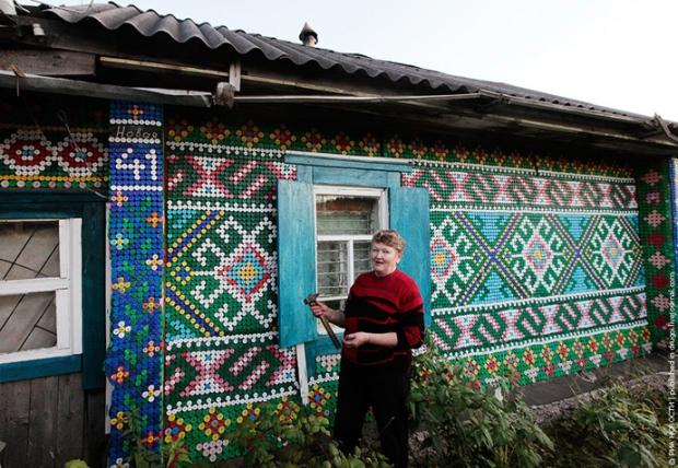 Ngôi nhà này được trang trí từ 30.000 vỏ chai màu các loại