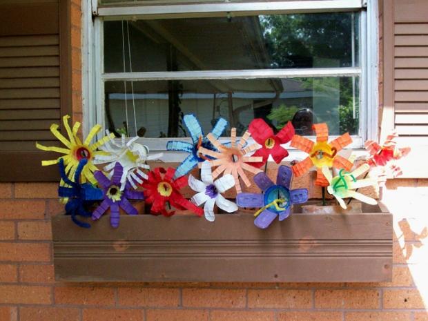 Những bông hoa, chuông gió làm từ vỏ chai được cắt tỉa khéo léo