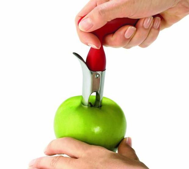 Nhấn mạnh dao vào phần cùi ( lõi ) táo