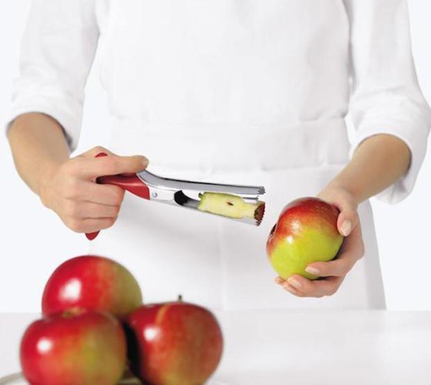 Xoay  và kéo phần cùi ( lõi ) táo ra khỏi trái táo.