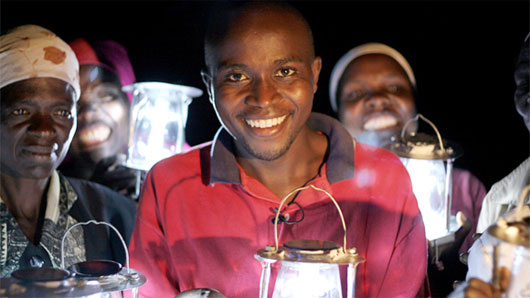 Evans Wadongo cùng với chiếc đèn năng lượng Mặt trời MwangaBora