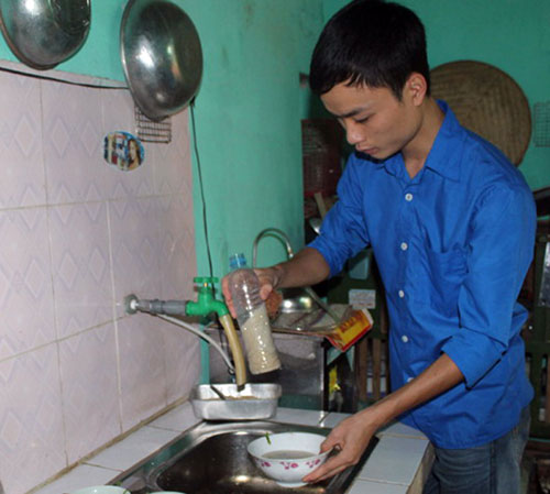 Gia đình Đạt chuyển qua dùng nước rửa bát bằng cám gạo từ hơn một năm nay - Ảnh: P.Hậu