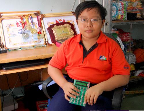 Nguyễn Dương Kim Hảo với phát minh chiếc máy tính hóa học . Ảnh: Khánh Ly