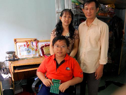 Nguyễn Dương Kinh Hảo cùng cha mẹ. Ảnh: Khánh Ly