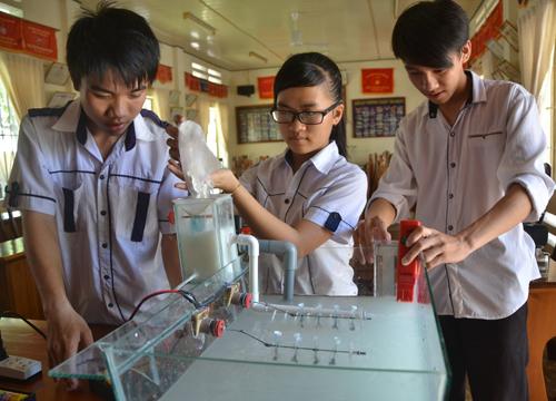 Nhóm sáng chế tuổi học trò với hệ thống máy đánh vôi tự động của mình. Ảnh: Quỳnh Xuân.