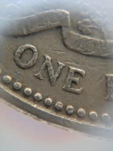 cận cảnh chữ trên đồng xu