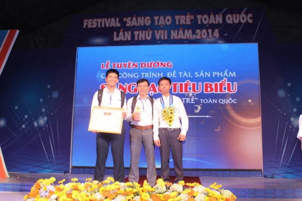 Nhóm tác giả và giáo viên hướng dẫn. Từ trái sang: Đặng Minh Đức – GV Huỳnh Phúc Linh – Nguyễn Công Danh.