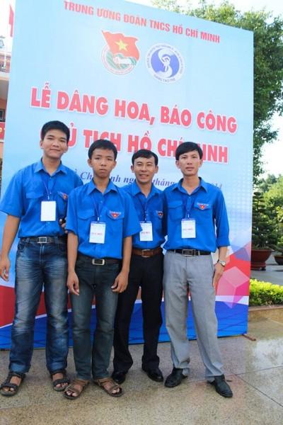 Từ trái sang: Đặng Minh Đức – Nguyễn Công Danh- GV Huỳnh Phúc Linh – đại diện của Tỉnh Đoàn Vĩnh Long trong lễ báo công dâng Bác tại bến nhà rồng.