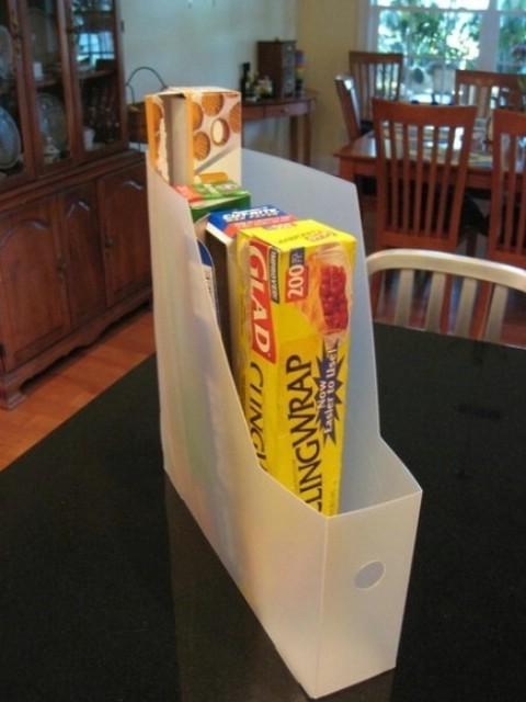 Tận dụng bìa nhựa để chứa những vật dụng dạng hộp hay tuýp
