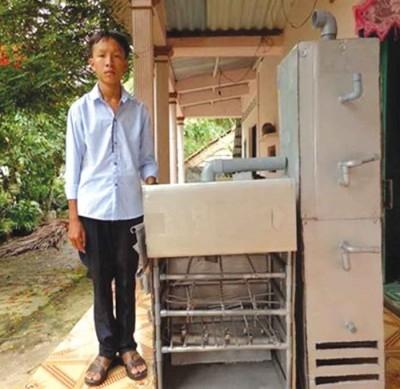 Nguyễn Nhật Minh bên chiếc lò đốt rác thân thiện với môi trường - Ảnh: Bảo Trân