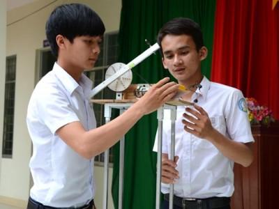 Dụng cụ đo chiều cao của Tín và Vân.