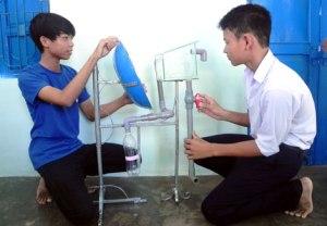 2 học sinh Hồ Văn Anh Kim và Nguyễn Hoàng Phi Long bên sản phẩm của nhóm.