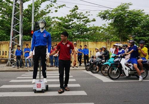 Thử nghiệm robot dắt người qua đường ở ngã tư Lê Thanh Nghị-Phan Đăng Lưu (TP.Đà Nẵng) - Ảnh: An Dy