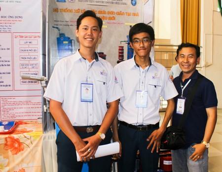"""Giáo viên hướng dẫn và nhóm tác giả đạt giải ba với đề tài """"Hệ thống xử lý nước mưa tại nhà bằng vật liệu mới""""."""