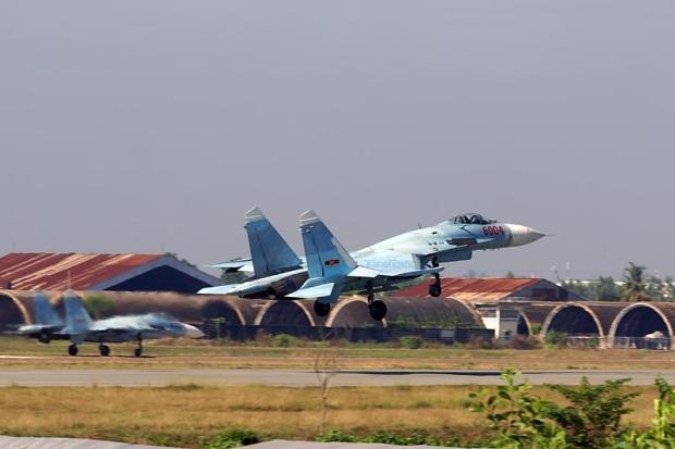 Tiêm kích Su-27 (NATO định danh Flanker) là tiêm kích đánh chặn hạng nặng nổi cực mạnh do Liên Xô sản xuất. Đến nay, Su-27 vẫn còn được sử dụng rộng rãi trong Không quân Nga và hơn 11 quốc gia khác trên khắp thế giới trong đó có Việt Nam. Su-27 (NATO định danh là Flanker A), là lô sản xuất số lượng nhỏ đầu tiên từ nguyên mẫu T-10S, được trang bị động cơ AL-31. Biến thể đầu tiên này được trang bị radar N001, là loại radar xung Doppler có khả năng theo dõi trong khi đang quét. Trong ảnh: Tiêm kích Su-27S của Việt Nam.