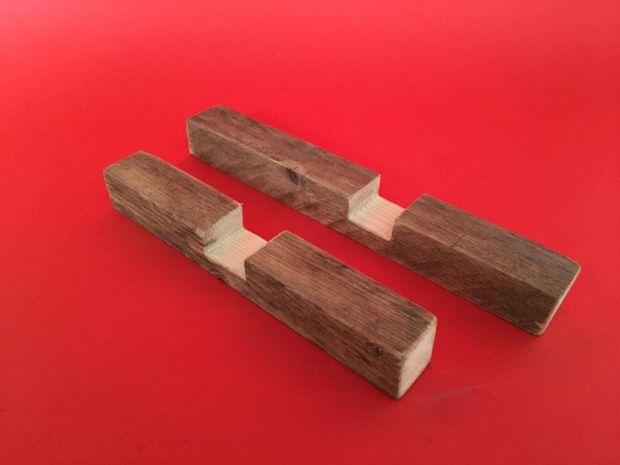 Tạo lỗ mộng trên 2 thanh gỗ. Ảnh: http://www.instructables.com