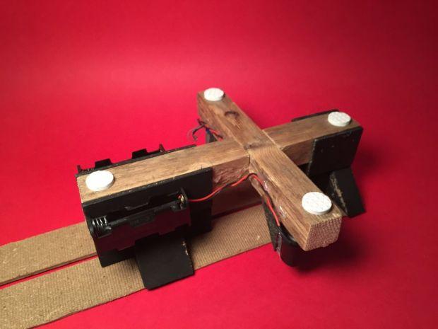 Dán phần đế: vừa tạo cân bằng 4 góc đế, vừa giảm độ rung của máy khi động cơ hoạt động. Ảnh: http://www.instructables.com