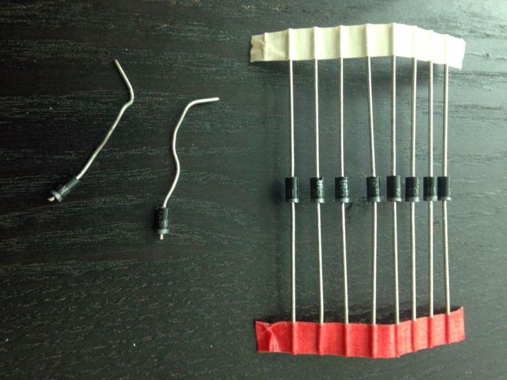 Làm râu và chân của côn trùng. Bạn có thể dùng đi-ốt ( diodes ) hoặc điện trở ( resistor ) đều được, do chỉ chân và râu chỉ có tác dụng trang trí chứ không có đấu nối hoạt động trong mạch. Ảnh: http://www.instructables.com