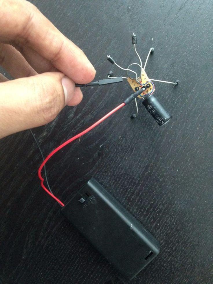 Lần lượt bạn ghim 2 đầu dây từ nguồn chính ( 2 pin AA ) vào 2 chân cắm đực ( header pin ), sau đó bật công tắc trên hộp nguồn pin. Đây là cách bạn đang cấp nguồn nạp năng lượng cho tụ điện. Sau khi bật công tắc sạc, bạn đếm thầm từ 1 đến 10 là coi như tụ điện đã nạp đầy, chúng ta ngắt nguồn sạc. Ảnh: http://www.instructables.com