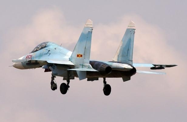Tuy nhiên, khả năng bộ vi xử lý của radar này tương đối yếu, dễ báo động nhầm và có điểm mù khá lớn, khó sử dụng. Radar N001 chỉ có tầm phát hiện mục tiêu cỡ máy bay Tu-16 ở cự ly 140km và cũng chỉ có khả năng phát hiện và theo dõi một mục tiêu. Trong ảnh: Tiêm kích Su-27UBK.