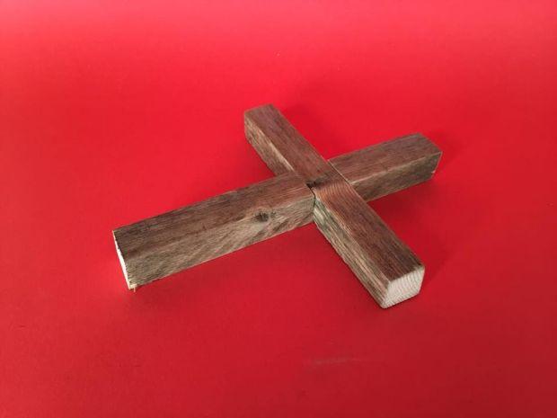 Ghép 2 thanh gỗ lại khớp với mộng đã tạo. Có thể dán keo lỏng hoặc dùng đinh, vít để làm cho mối ghép chắc hơn. Ảnh: http://www.instructables.com