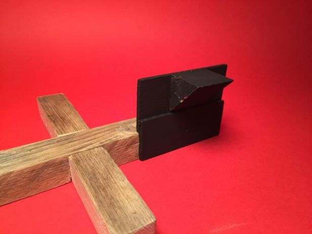 Dán ( bắt vít ) phần giấy bìa và ke chịu lực ở các phần đầu của thanh gỗ.  Ảnh: http://www.instructables.com