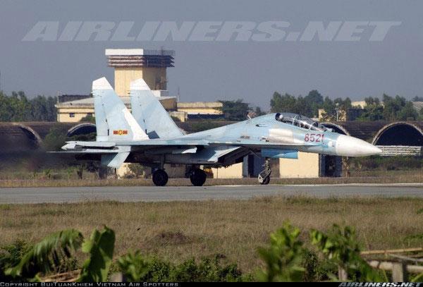 Chiến đấu cơ Su-27UB là biến thể 2 chỗ ngồi của Su-27S, chủ yếu được phục vụ với vai trò huấn luyện. Ngoại hình của Su-27UB rất giống với Su-30MK, cùng có 2 chỗ ngồi với buồng lái tương tự.
