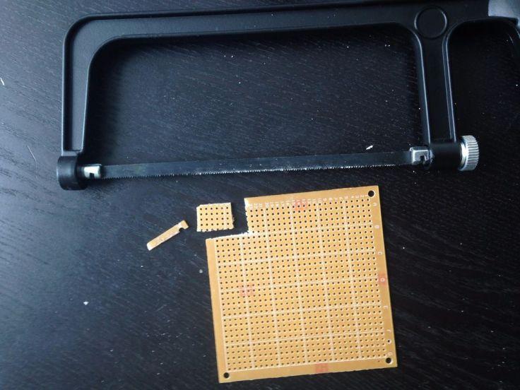 Cắt bảng mạch in. Bạn chỉ cần cắt theo kích thước 6x4 hàng lỗ ( hoặc 8x5 hàng lỗ ). Ảnh: http://www.instructables.com