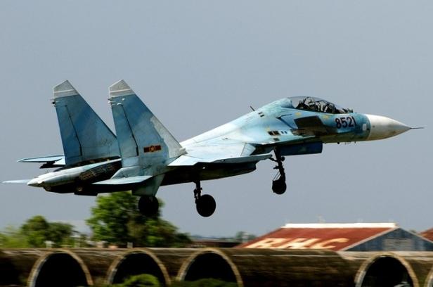 Thoạt nhìn rất khó phân biệt 2 Su-27S và Su-27UB, đặc biệt trong những hình ảnh máy bay ở trên trời. Sự khác biệt chủ yếu dựa vào bánh đáp phía trước và hệ thống IRST. Cụ thể, bánh đáp phía trước của Su-27UB có một bánh, trong khi bánh đáp phía trước của Su-30MK có 2 bánh với đường kính nhỏ hơn. Thêm nữa, hệ thống IRST của Su-27UB nằm phía trước buồng lái và ở chính giữa, trong khi hệ thống IRST của Su-30MK được thiết kế nằm phía phía bên phải buồng lái. Su-30MK có vòi tiếp dầu trên không (có thể thu lại được) nằm phía bên trái buồng lái, trong khi hầu hết Su-27 không có vòi tiếp dầu.