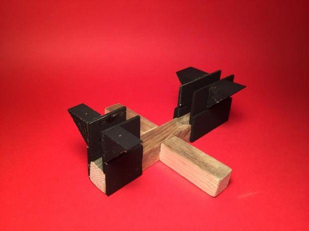 Dán keo ( hoặc bắt vít ) phần nẹp gỗ và ke chịu lực ở 2 đầu của thanh gỗ. Ảnh: http://www.instructables.com