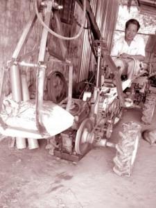 Ông Tám điều khiển máy vét bùn.