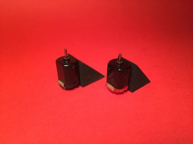 Dán keo dính để động cơ gắn chặt vào ke chịu lực ( 2cm x 2,5cm x 2,5cm ).  Ảnh: http://www.instructables.com
