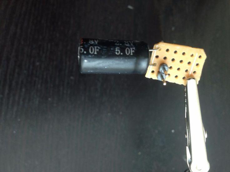 Hàn tụ điện và chân cắm đực ( header pin ) vào bảng mạch in Ảnh: http://www.instructables.com