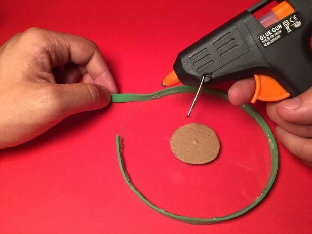 Dùng keo dán vòng cao su vào bên ngoài vành đĩa CD. Ảnh: http://www.instructables.com
