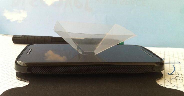 Bạn đặt kim tự tháp nhựa trong ở chính giữa của điện thoại để nhận hình ảnh 3D tốt nhất. Nguồn ảnh: http://www.instructables.com