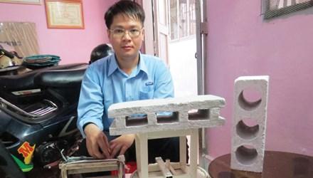 Nguyễn Cao Hoàng Sang cùng các dụng cụ chế tạo gạch từ giấy phế thải
