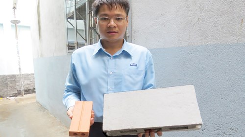 Viên gạch sản xuất từ giấy của Nguyễn Cao Hoàng Sang có thể chịu lực tương đương với viên gạch truyền thống.