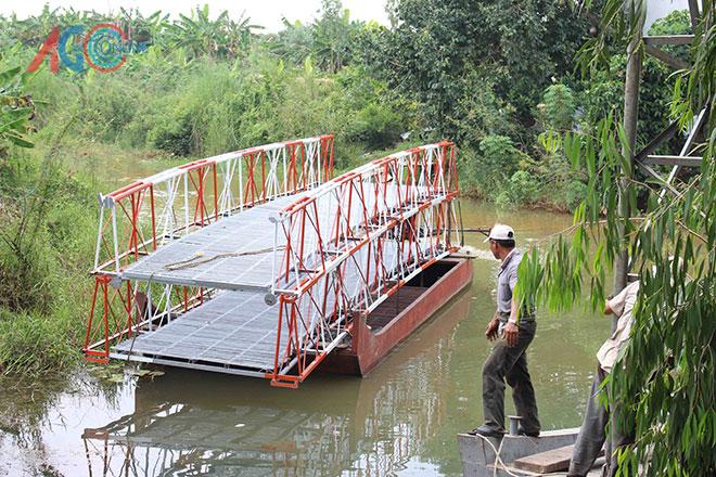 9 giờ 30 phút sáng 17-10, chiếc cầu hàn sẵn được chở vào kênh