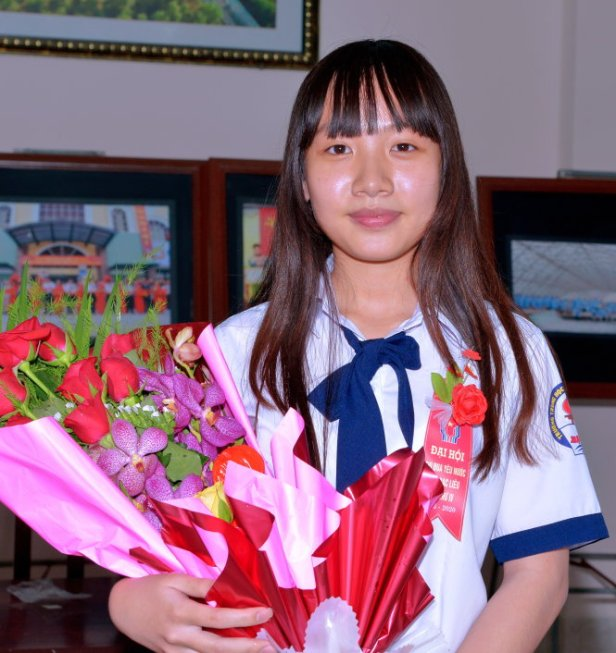 """Lý Bình Nhi và sản phẩm trà trừ muỗi bằng chất liệu """"cây nhà lá vườn"""" - Ảnh: Phan Thanh Cường"""