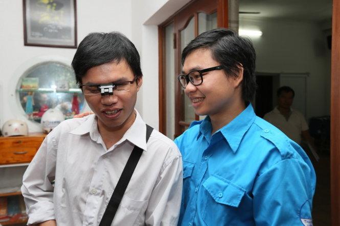 """TS Nguyễn Bá Hải hỗ trợ SV Nguyễn Quang Nhị sử dụng """"mắt thần"""" - ảnh: Thái Bình - TTO"""