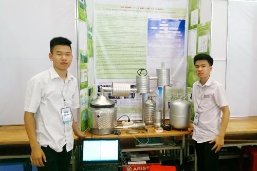 Bảo và Sơn bên mô hình xử lý khí thải từ lò đốt (Ảnh: Nhân vật cung cấp)