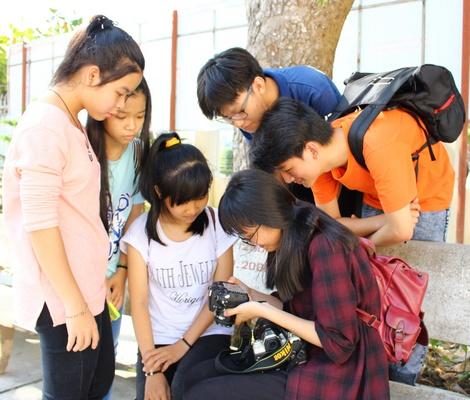 Bạn trẻ vừa được trang bị kỹ năng chụp ảnh, quay phim, viết kịch bản vừa học cách làm việc theo nhóm.