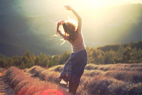 Yêu thương cuộc sống là tin vào trực giác của bạn, nắm bắt cơ hội, đánh mất rồi tìm thấy hạnh phúc, trân quý những kỷ niệm, và học hỏi thông qua kinh nghiệm. Ảnh minh họa.