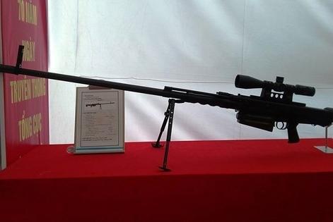 """Súng được thiết kế theo kiểu """"bullpup"""" tức hộp tiếp đạn nằm sau cò súng, thiết kế này có ưu điểm giúp tăng chiều dài nòng súng mà không ảnh hưởng đến chiều dài tổng thể."""
