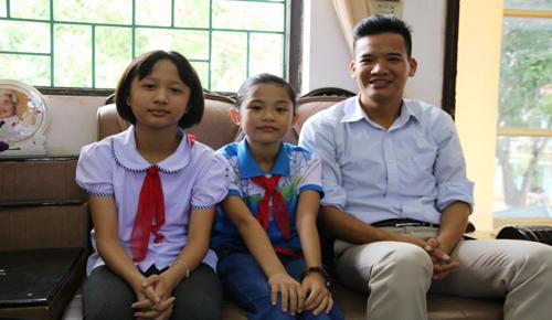 Tác giả ý tưởng Đinh Quỳnh Ngân và Đinh Thị Nguyệt Minh (từ trái sang). Ảnh: Phương Vy.